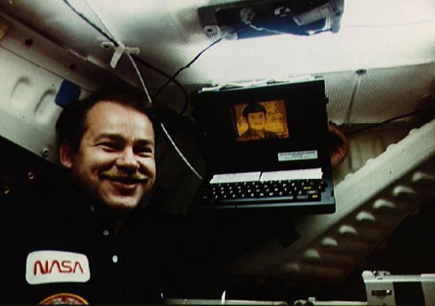 Astronauta John Creighton z komputerem GRiD Compass na pokładzie promu Discovery w 1984 roku