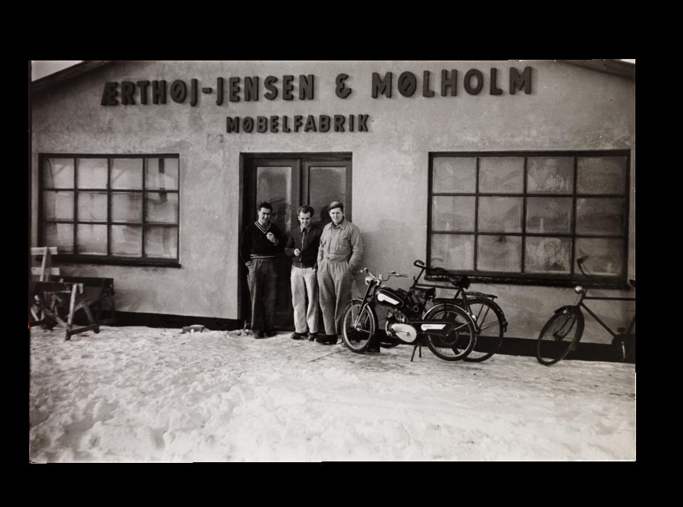 Jensen Ærthøj i Tage Mølholm przed swoją fabryką mebli, Herning 1952 r.