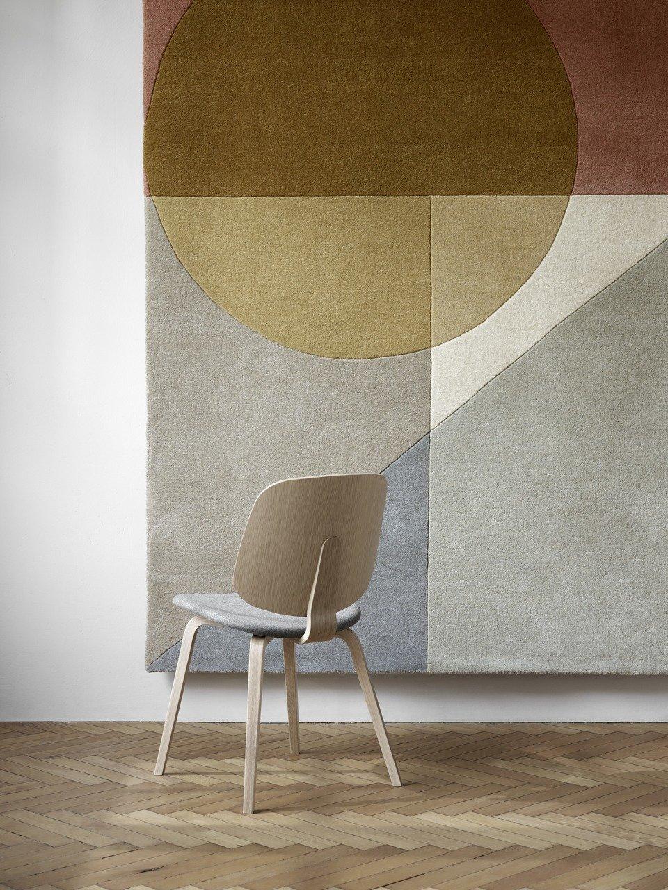 1.589,- Krzesło Aarhus, jasnoszara tkanina Lux Felt 2310/fornir dębowy. W83/47xS50xG54cm. [Aarhus - 0100]. <br>3.468,- Dywan Adana, kolor musztardowy, 100% wełna. S170xDl.240cm. [Adana]