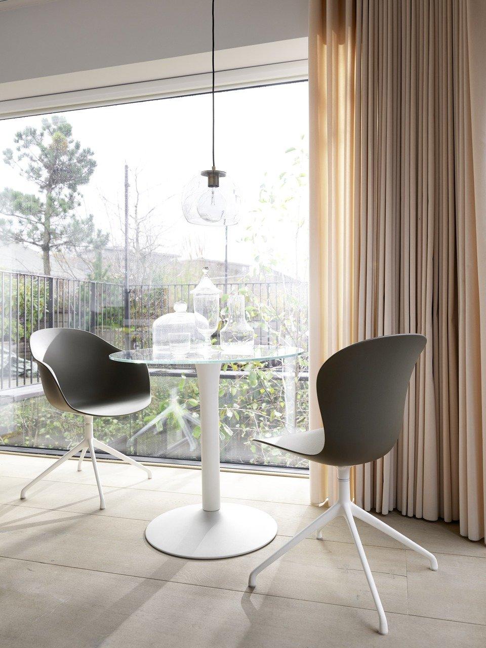 Krzesło Adelaide z funkcją obrotu, cena 1.397,-<br>Krzesło Adelaide z podłokietnikami i funkcją obrotu, cena 1.549,-<br>Stół New York, cena od 2.790,-