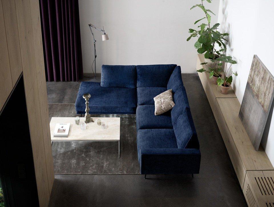 Sofa Carlton z szezlongiem, cena od 12.890<br>Stolik kawowy Lugo, blat ceramiczny, cena 3.019,-