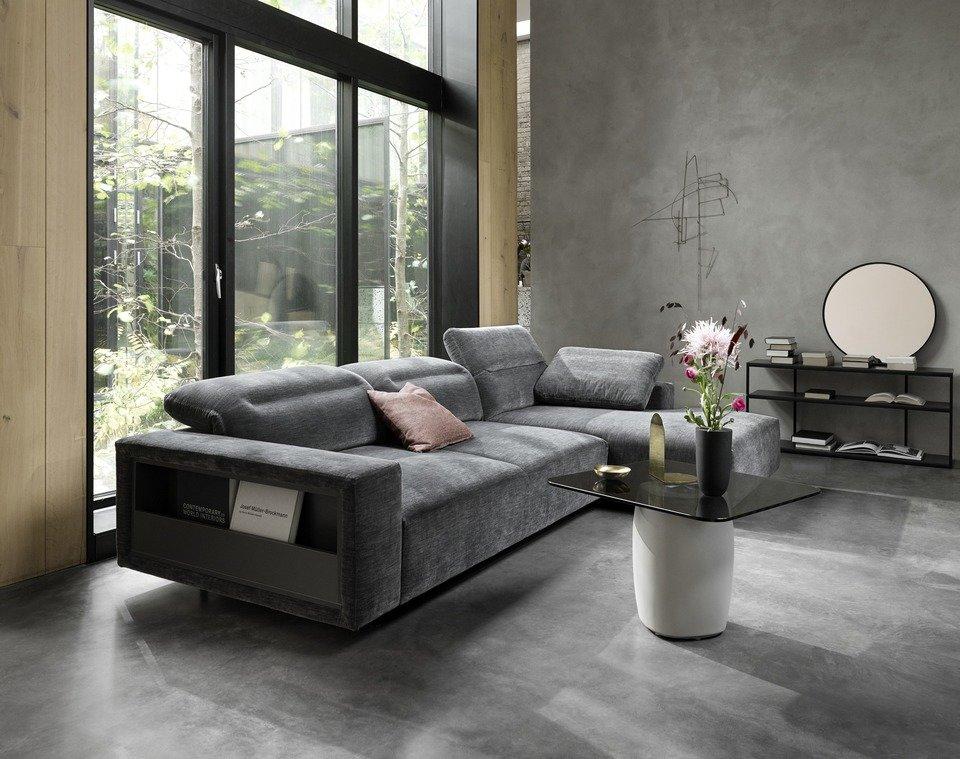Sofa Hampton z regulowanym oparciem i modułem wypoczynkowym, oraz schowkiem, cena od 12.890,-<br>Stolik Bilbao, cena 1.990,-