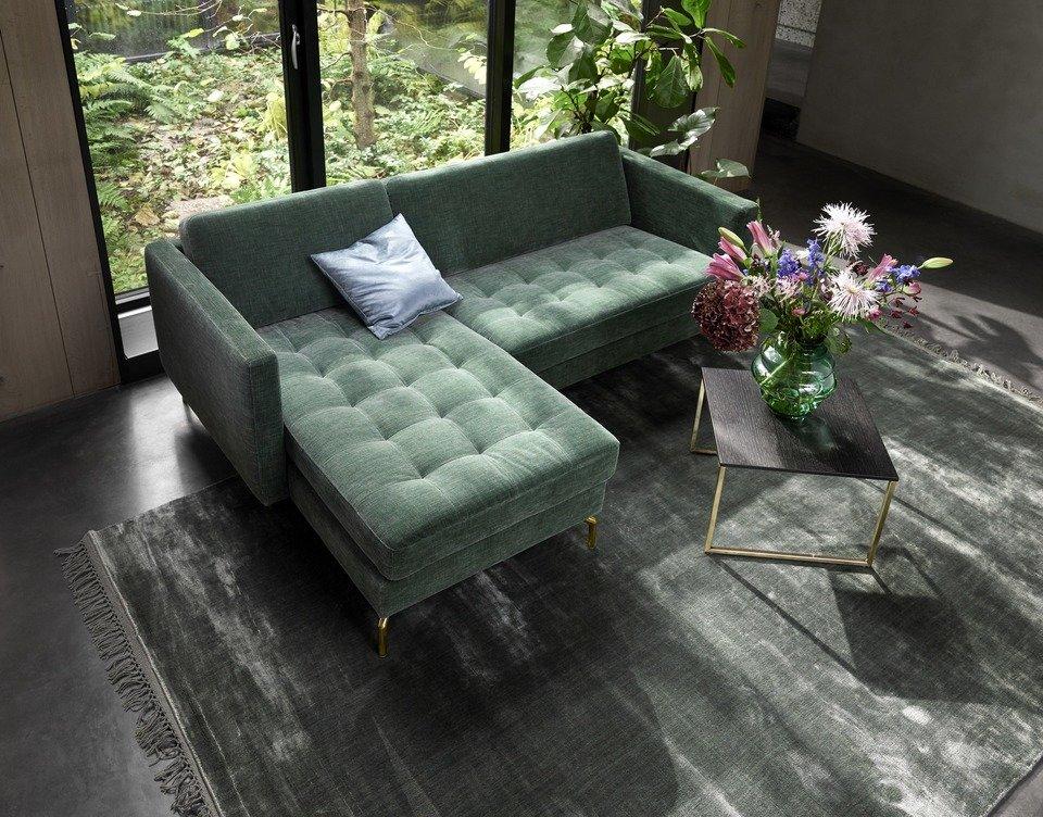 Sofa Osaka z szezlongiem, pikowane siedzisko, cena od 7.029,-<br>Stolik Lugo, dąb w kolorze espresso/matowy brąz, cena 959,-