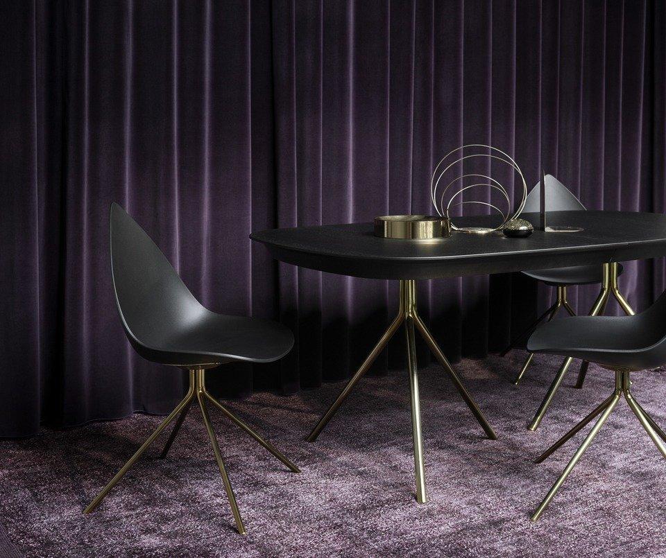 Stół Ottawa z dodatkowym blatem, fornir dębowy w kolorze espresso/mosiądz, cena 6.890,-<br>Krzesło Ottawa, czarne/mosiądz, cena 849,-