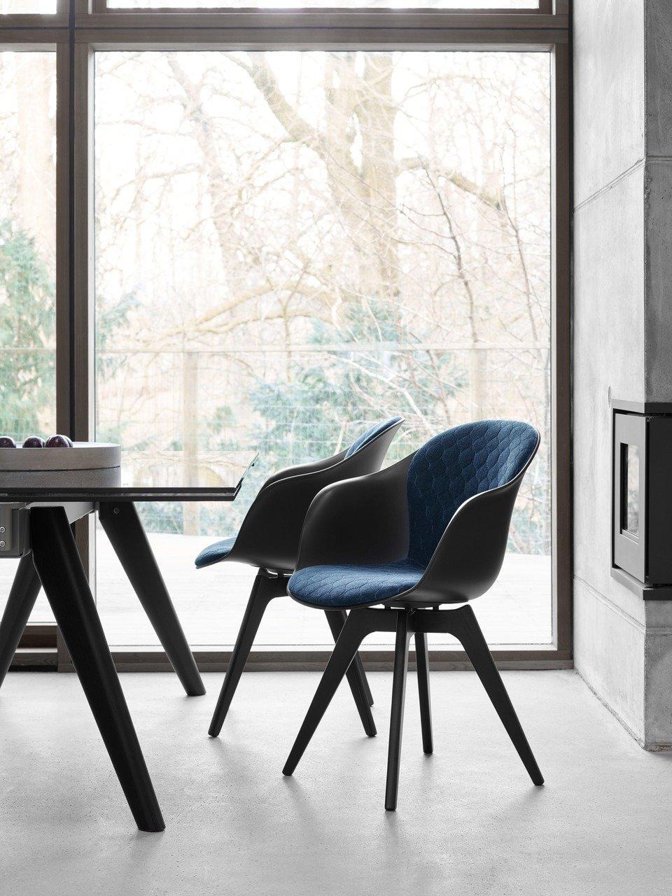 Krzesło z podłokietnikami Adelaide, czarne/dąb w kolorze espresso/pikowana tkanina Velvet. Cena 1.675,- (Cena regularna 1.970,-)