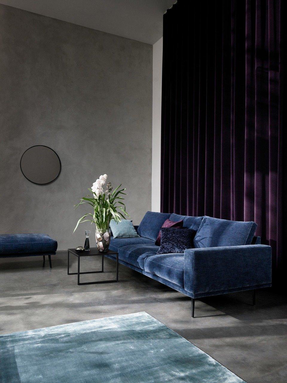 Sofa Carlton, ciemnoniebieska tkanina Napoli. Cena 9.796,- (Cena regularna 11.525,-)<br>Pufa Carlton, ciemnoniebieska tkanina Napoli. Cena 3.484,- (Cena regularna 4.099,-)<br><br>