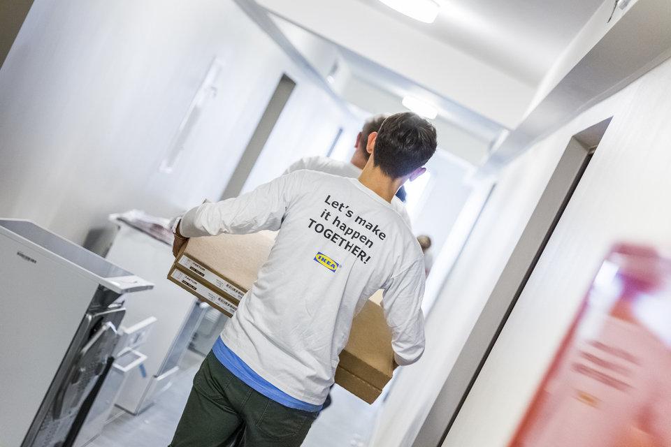 43 wolontariuszy z Grupy IKEA aktywnie włączyło się w aranżacje mieszkań oraz montaż mebli