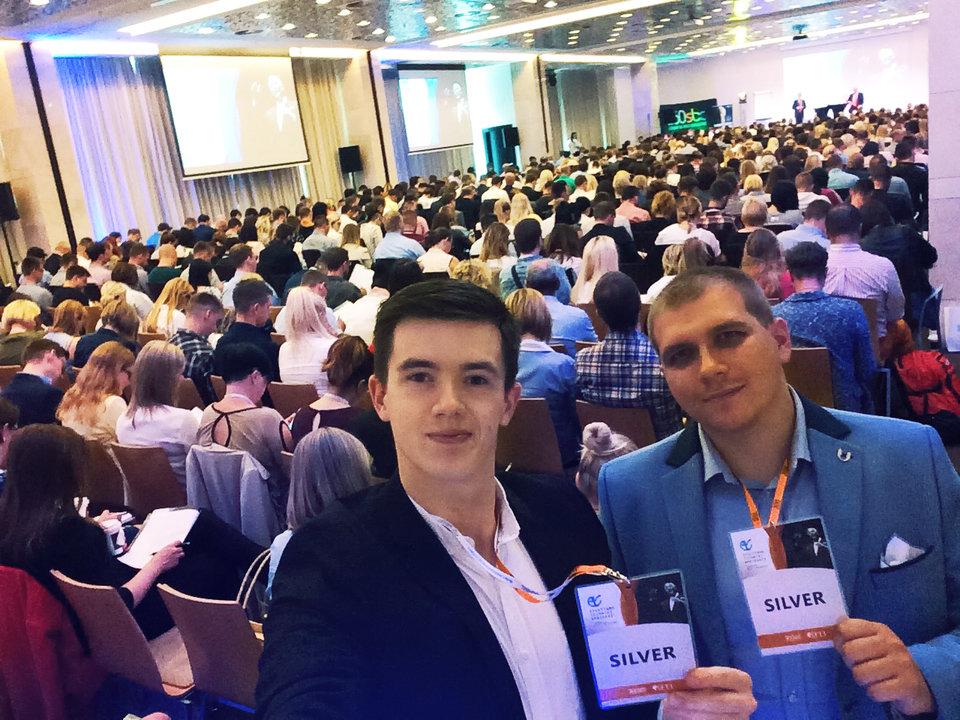 Bartosz Furtak i Maksymilian Prusak - New Business Managerowie click community podczas konferencji Efektywne Techniki Sprzedaży - Brian Tracy w Poznaniu.