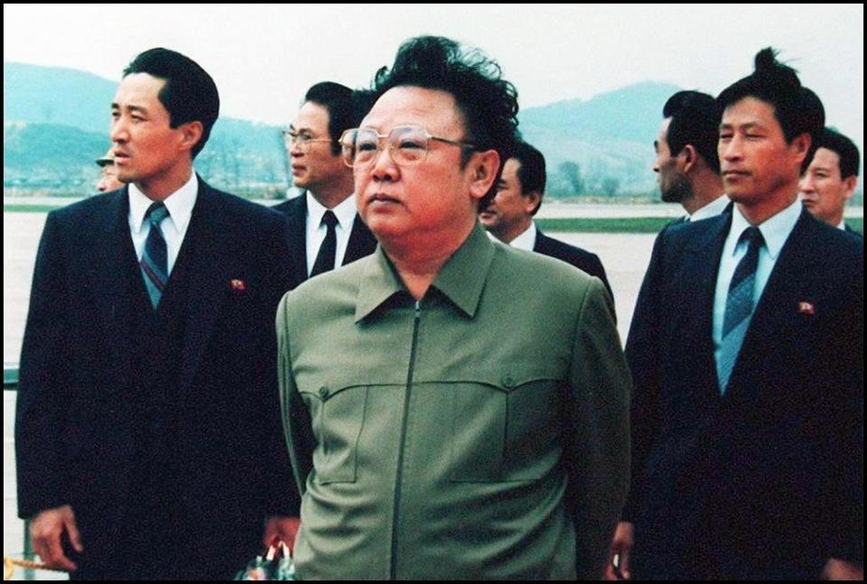 Zdjęcie z 17 kwietnia 1992 r. przedstawiające lidera Korei Północnej Kim Dzong Ila na lotnisku w Pyongyangu, po wizycie chińskiego prezydenta Yang Shangkun<br><br>Źródło: STR/AFP/Getty Images