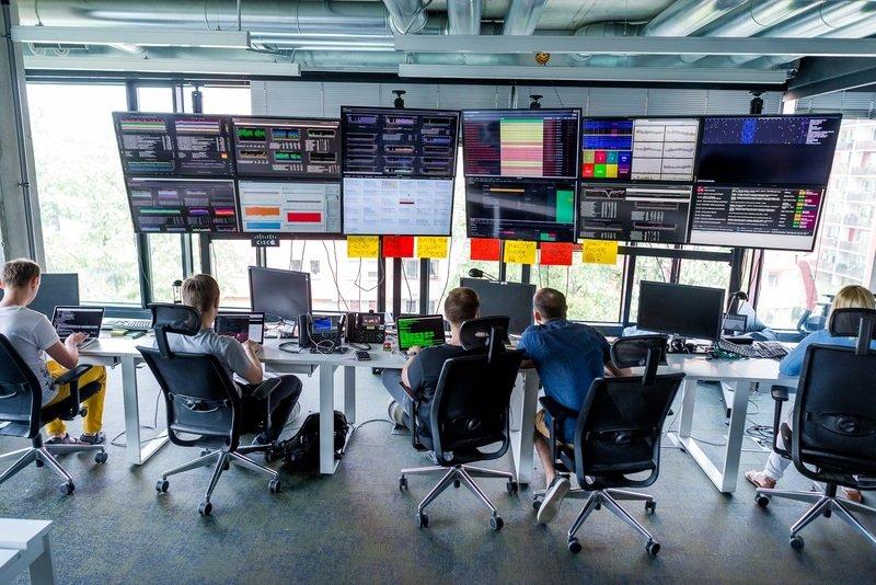 Na zdjęciu: Centrum operacyjne monitorujące m.in. działanie platformy charytatywni.allegro.pl