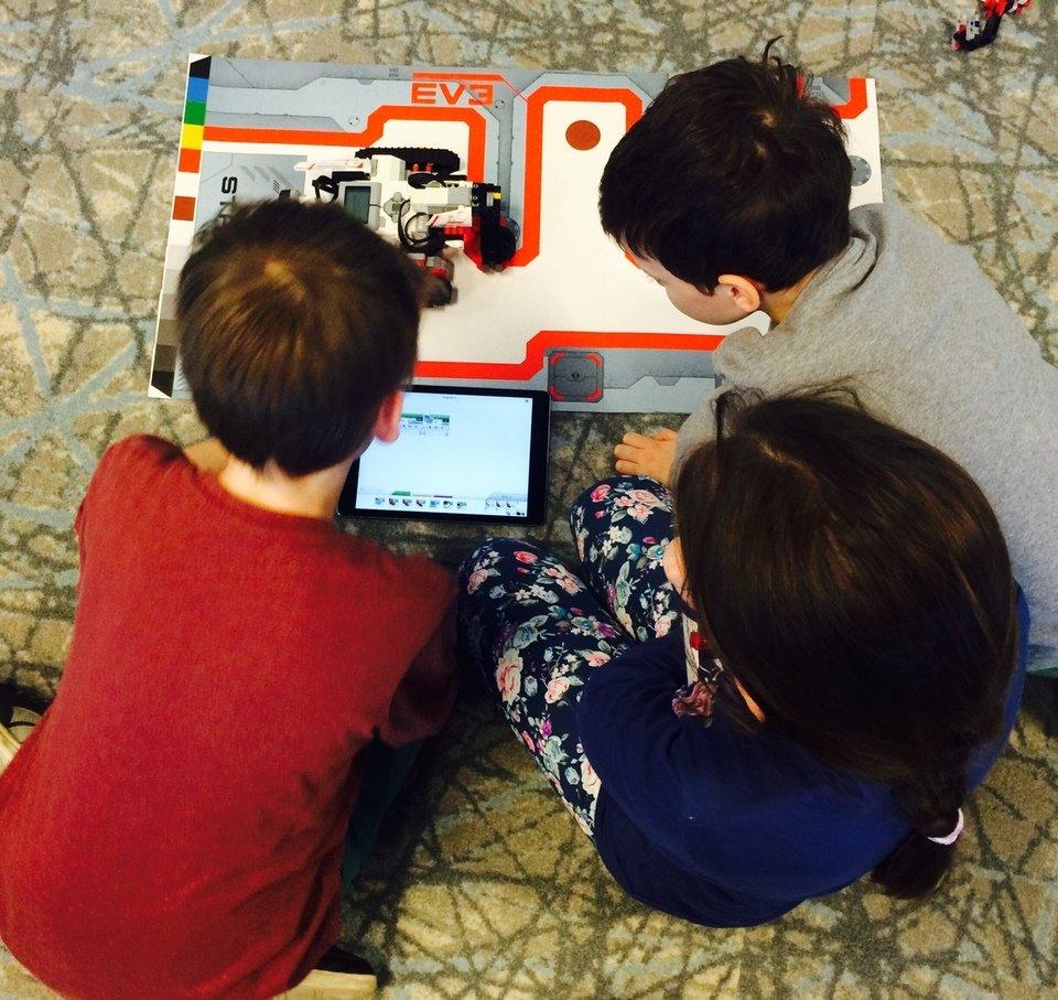 Na zdjęciu: Dzieci podczas nauki programowania na zajęciach zorganizowanych przez Allegro. Fot. archiwum redakcji