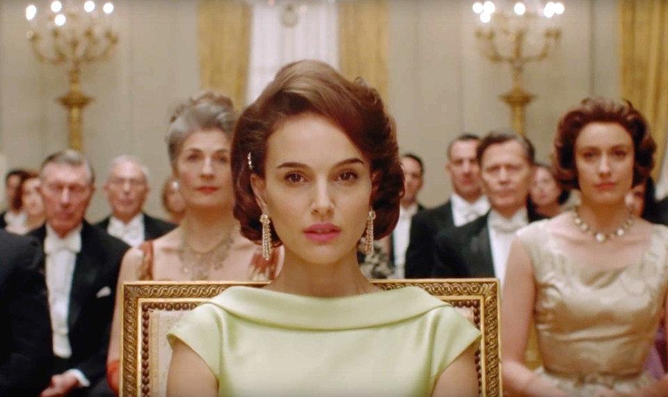 """Jackie postanowiła dodać Białemu Domowi splendoru i szyku, stąd decyzja o wyprawianiu w nim wystawnych balów. Kadr z filmu """"Jackie""""."""
