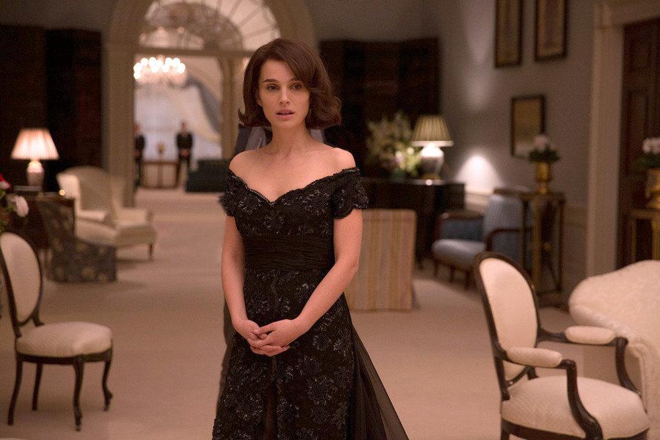 """Piękny dekolt sukni podkreślał zgrabne ramiona Jackie i tonował całość sylwetki. Kadr z filmu """"Jackie""""."""
