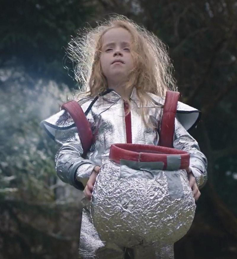 """Kostium kosmonauty można zobaczyć w najnowszej reklamie Allegro """"Bal""""."""