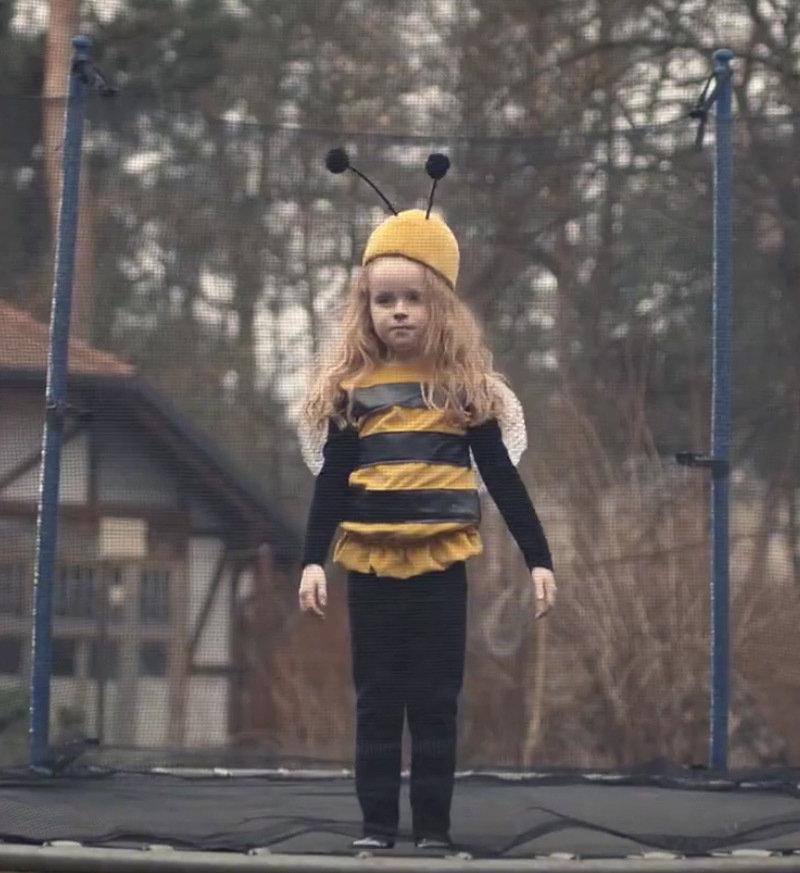 """Kostium pszczoły można zobaczyć w najnowszej reklamie Allegro """"Bal""""."""