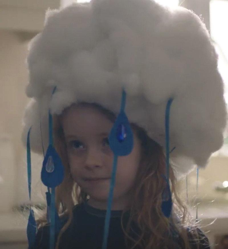 """Kostium chmury można zobaczyć w najnowszej reklamie Allegro """"Bal""""."""