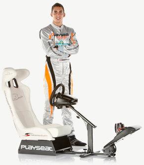 Fotel marki PlaySeat. Na zdjęciu Sebastien Buemi, kierowca wyścigowy. Źródło: playseat.com