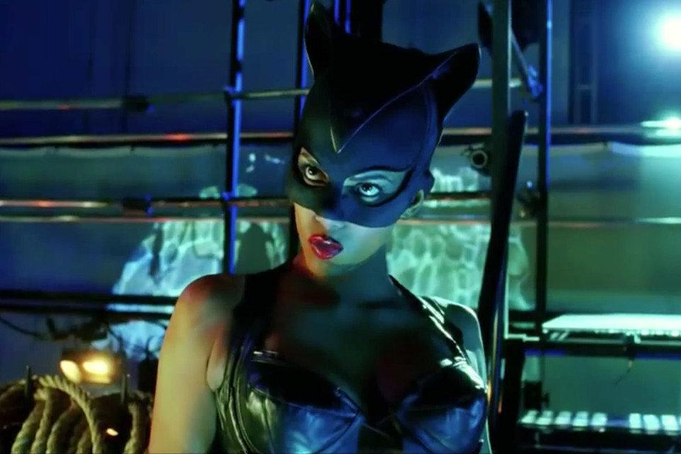 "Kadr z filmu ""Catwoman"" z Halle Berry. Fot. Warner Bros Pictures"
