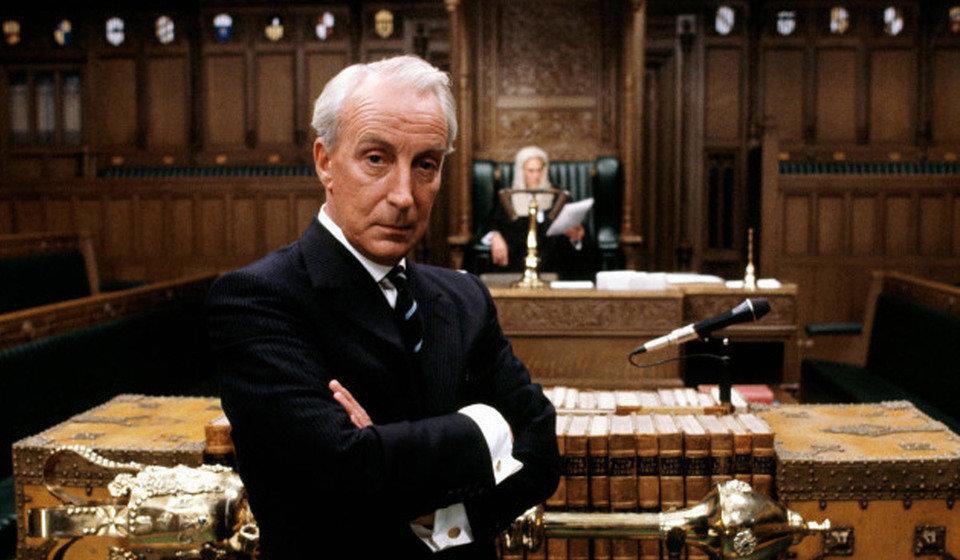 Brytyjska wersja, czyli miniserial na podstawie książki Dobbsa, przy amerykańskiej jest dla dzisiejszego odbiorcy najprawdopodobniej nudna. Przecież oba seriale dzielą 23 lata różnicy. Fot. materiały prasowe BBC