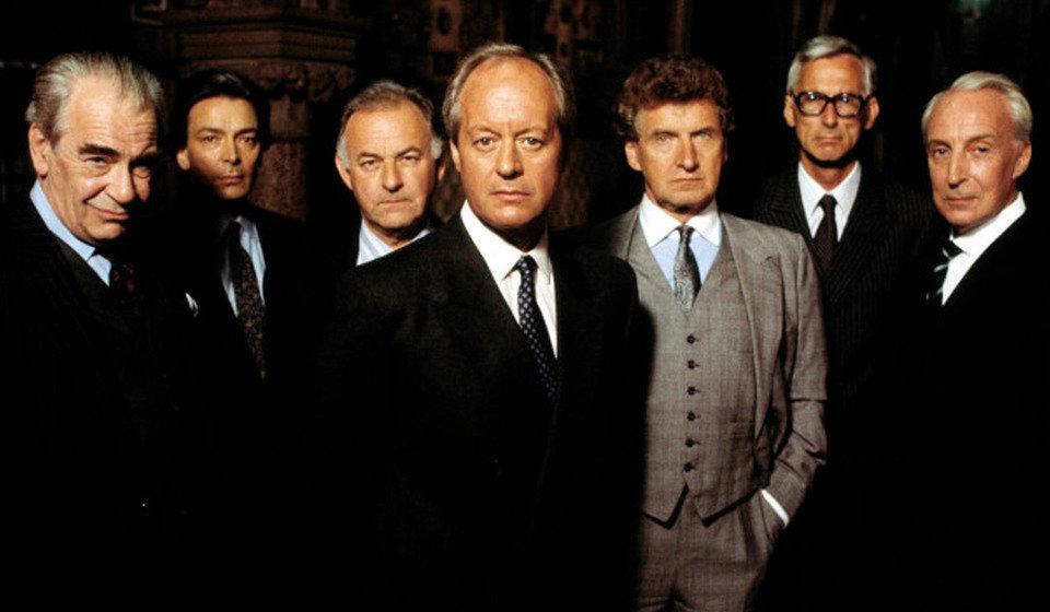 Jeśli oczekujemy pogłębionego psychologicznie portretu bohatera – powinniśmy sięgnąć po wersję brytyjską. Na zdjęciu: Bohaterowie miniserialu produkcji BBC. Fot. materiały prasowe BBC