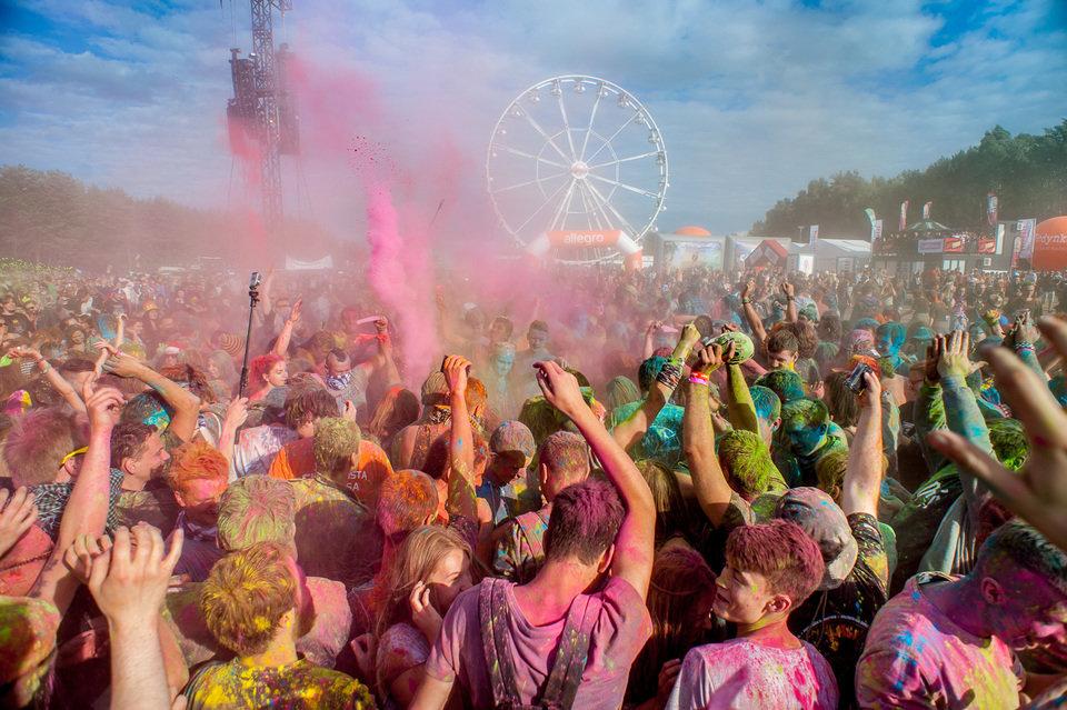 Farbki do malowania ciała, spraye koloryzujące włosy, sztuczne irokezy czy wianki z kwiatów to must-have podczas każdego Woodstocku. Na zdjęciu: 22. Przystanek Woodstock. Fot. Pan Borsuk