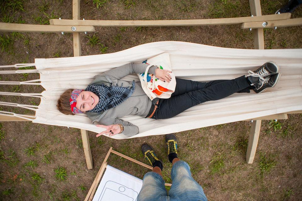 Warto zabrać ze sobą również mniejszy plecak, torebkę czy tzw. nerkę, aby cenne rzeczy, np. portfel, aparat, telefon mieć zawsze przy sobie. Na zdjęciu: 22. Przystanek Woodstock. Fot. Pan Borsuk