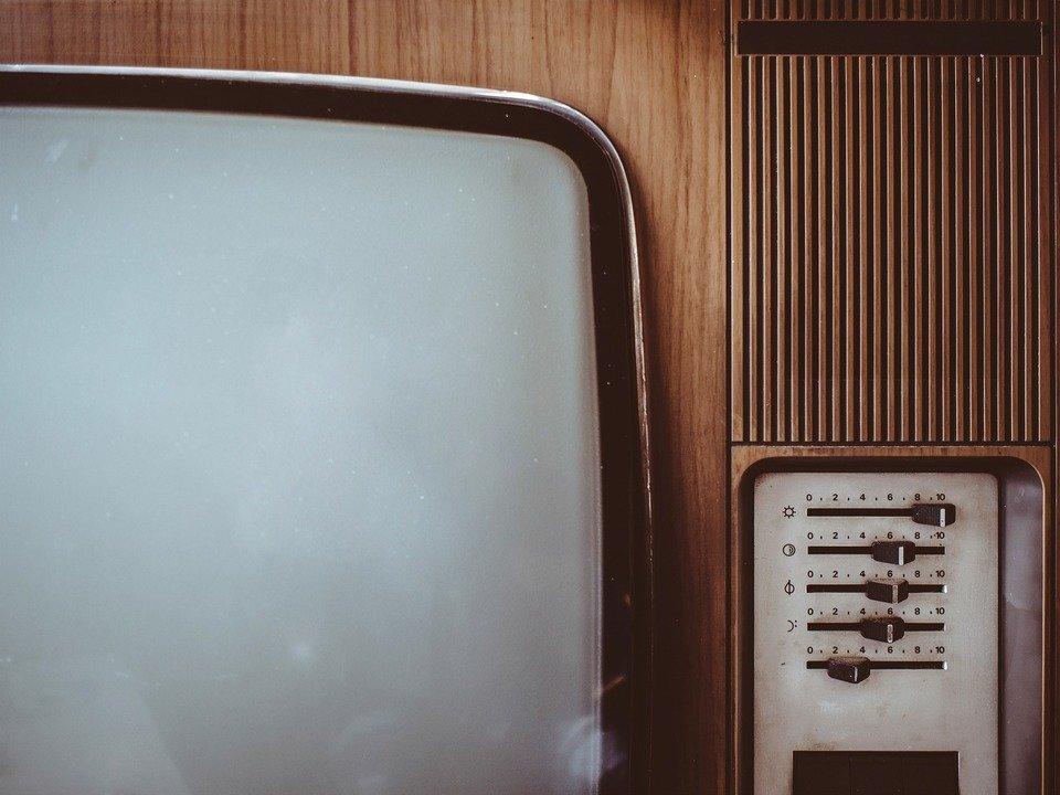 """Kineskopowy telewizor musiał się """"rozpalić"""", co zazwyczaj oznaczało konieczność odczekania kilkudziesięciu sekund po włączeniu, aż obraz pojawi się w pełnej okazałości."""
