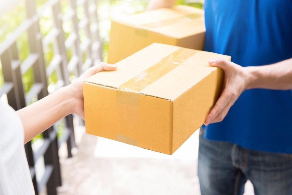 Klienci cenią przede wszystkim niską cenę i niewysokie lub najlepiej zerowe koszty przesyłki oraz szybkie dostarczenie kupionego przedmiotu pod wskazany adres. Fot. Shutterstock.com