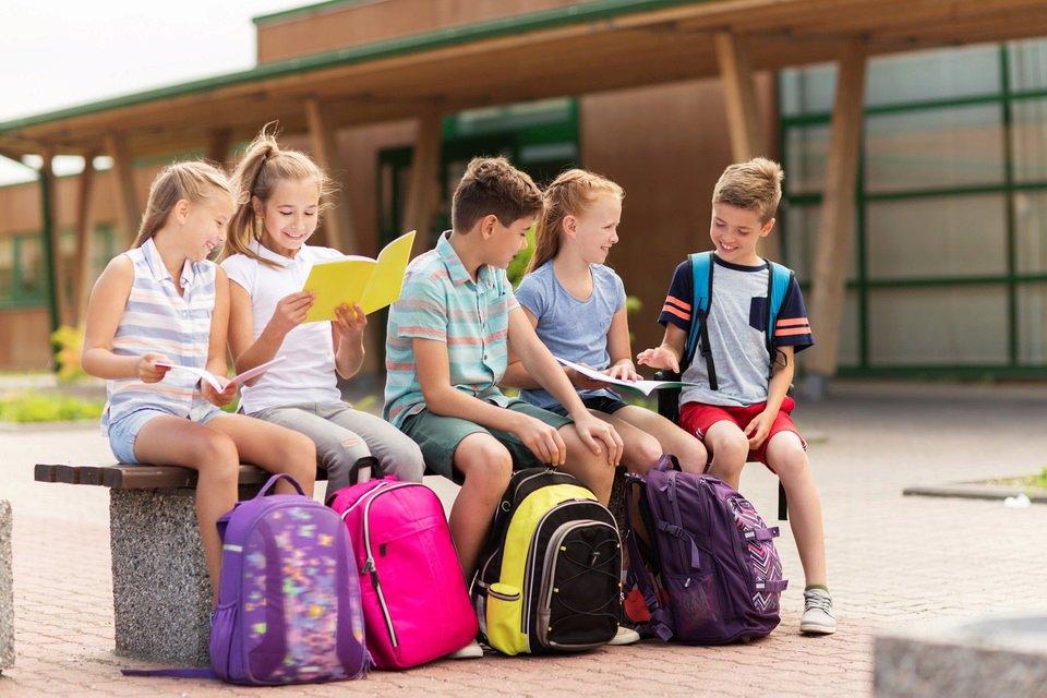 Dobrze zapakowany plecak szkolny nie powinien ważyć więcej niż 10 proc. masy ciała dziecka, co znaczy, że ważący np. 30 kilogramów uczeń nie powinien na plecach nieść większego ciężaru niż trzy kilogramy. Fot. Shutterstock.com