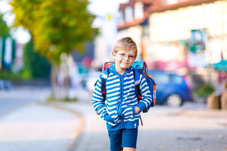 Wybór tornistra nie jest zadaniem łatwym. Zła decyzja może mieć dla dziecka poważne konsekwencje zdrowotne: grozi wadami postawy. Fot. Shutterstock.com