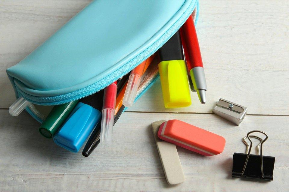 Przybory szkolne noszone luzem mogą się zgubić, wypaść, ale przede wszystkim zniszczyć. Dlatego wiele lat temu wymyślono piórnik. Fot. Shutterstock.com
