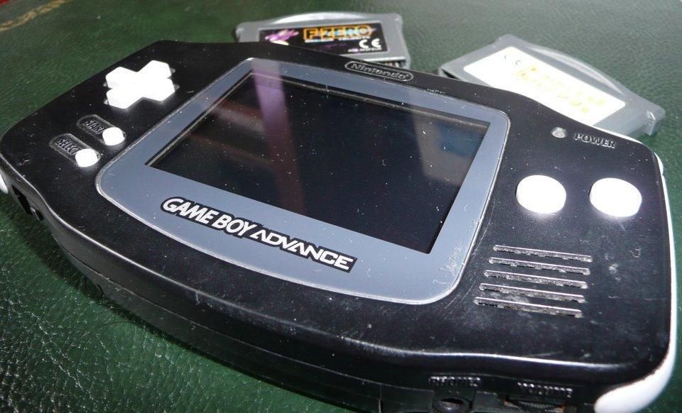 W 2001 roku całkowicie przemodelowano design Game Boya - w ten sposób powstał Advance. Przyciski umieszczono po bokach, przez co całość lepiej leżała w dłoniach. Zwiększono także rozdzielczość wyświetlacza. Fot. Flickr.com/BuggerOne/CC BY-SA 2.0