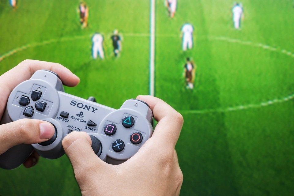 Przełomowy był również pad do konsoli. Jego projektant, Teiyu Goto uznał, że dotychczasowe kontrolery były zbyt płaskie, a nowa konstrukcja odpowiada trójwymiarowości gier, jakie oferowała konsola. Fot. Shutterstock.com