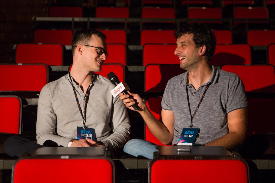 Adam Dudczak (po prawej), prowadzący w przerwach rozmowy z prelegentami. Na zdjęciu z autorem najlepszego wystąpienia Kornelem Kiełczewskim