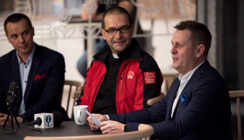 Na zdjęciu od lewej: Krzysztof Filarski, ks. Jacek WIOSNA Stryczek, Krzysztof Śpiewek, CSR Allegro. Fot. Darek Kociak