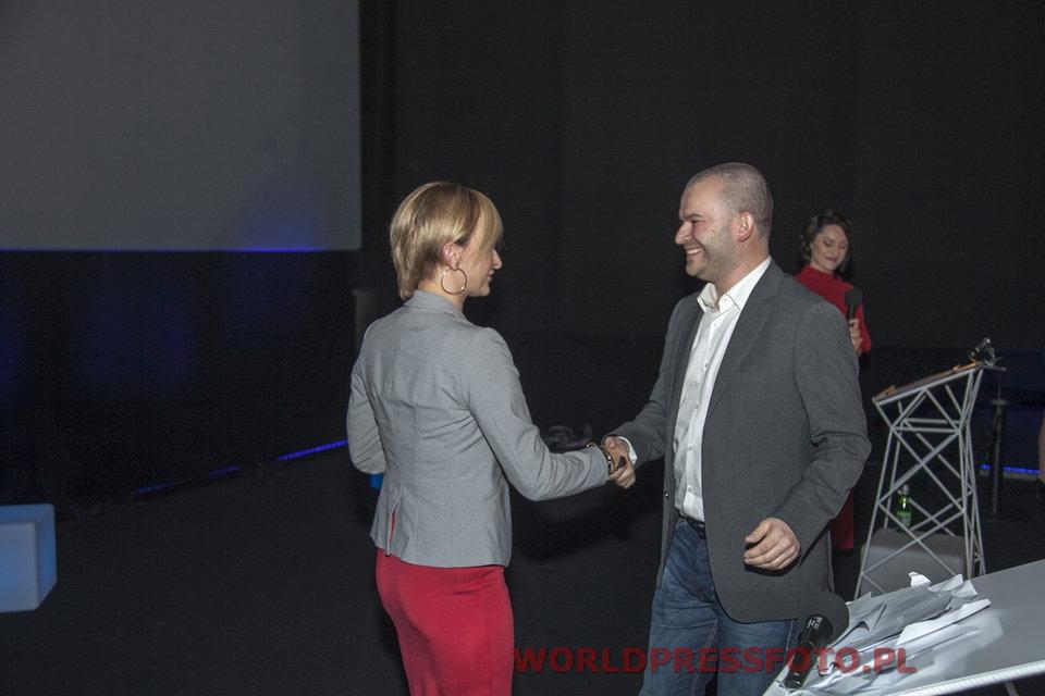 Patrycja Sass-Staniszewska, prezes Izby Gospodarki Elektronicznej, wręcza nagrodę prezesowi Allegro Przemysławowi Budkowskiemu