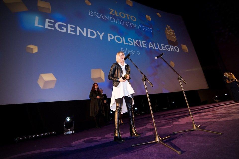 Tylko laureaci złotych statuetek mogli wygłosić podziękowania ze sceny. Tu: Anna Iller, Branded Content Manager w Allegro, po odebraniu złotej statuetkę. Fot. Darek Kociak