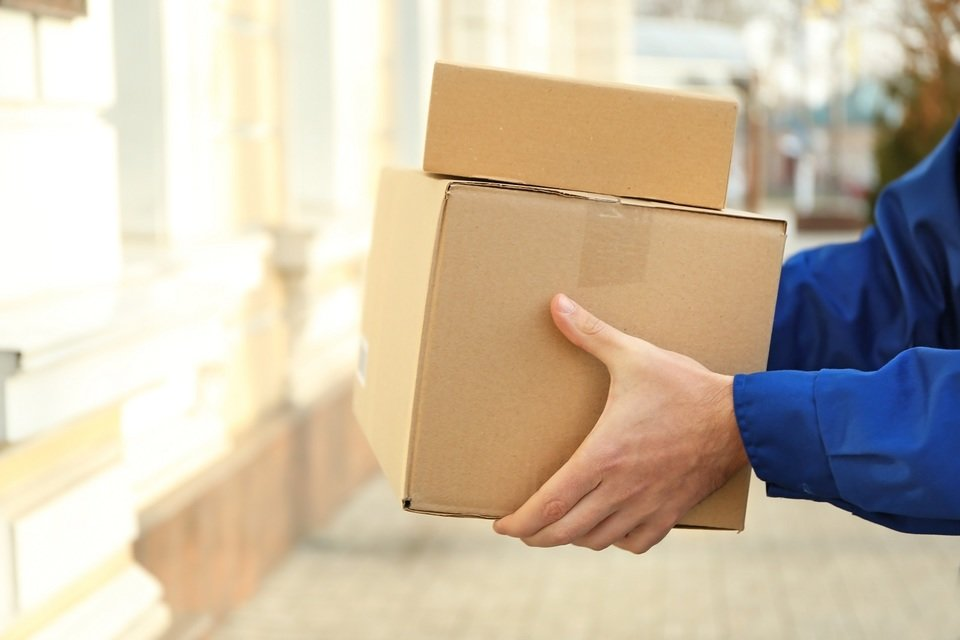 Sprzedawca, który wystawia przedmioty w Strefie okazji, musi zagwarantować obsługę większej liczby klientów niż zwykle, a także szybką i często darmową wysyłkę. Fot. Shutterstock.com