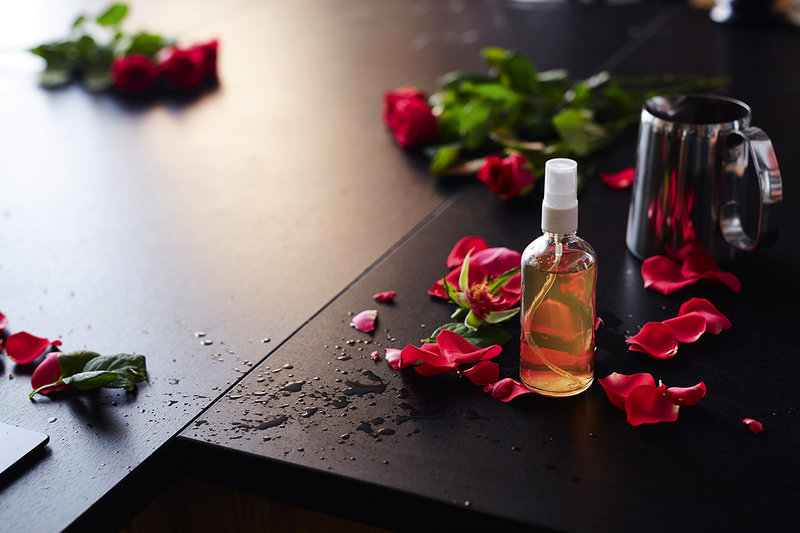 """Na zdjęciu: woda różana. Ilustracja z książki """"Tajniki DIY z Red Lipstick Monster"""""""