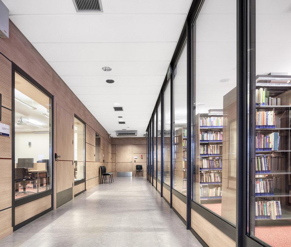 Centrum Nowych Technologii, Uniwersytet Ekonomiczny w Katowicach, Polska, 5000 m2. Zastosowany produkt: ROCKFON® Sonar, E24-edge, 2400x600