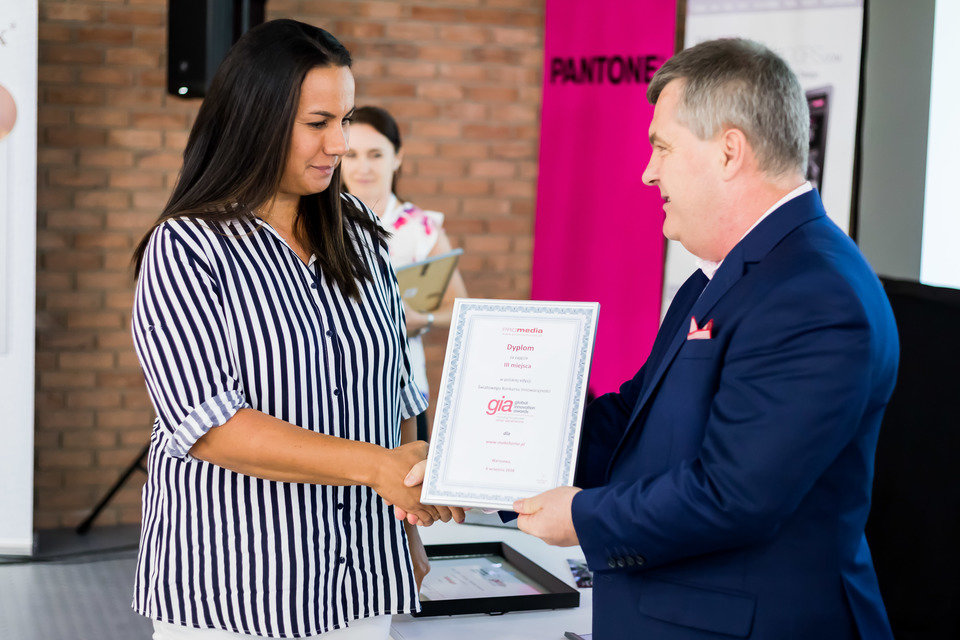 Customer service manager MAKE HOME odbiera pamiątkowy dyplom
