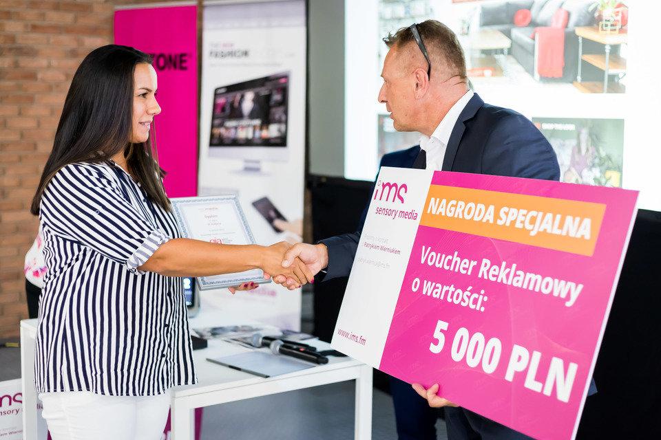 Kinga Świątek-Wolna odbiera nagrodę za zdobycie III miejsca w konkursie gia - Voucher reklamowy o wartości 5000 PLN