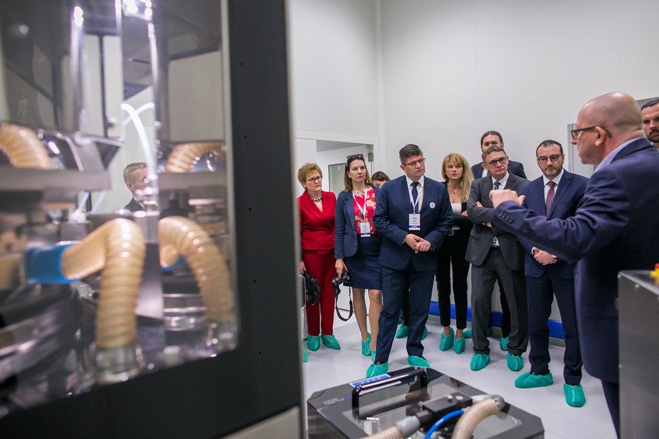 2. Min. Czech i Prezes Adamczyk zwiedzają Pilot Plant.jpg
