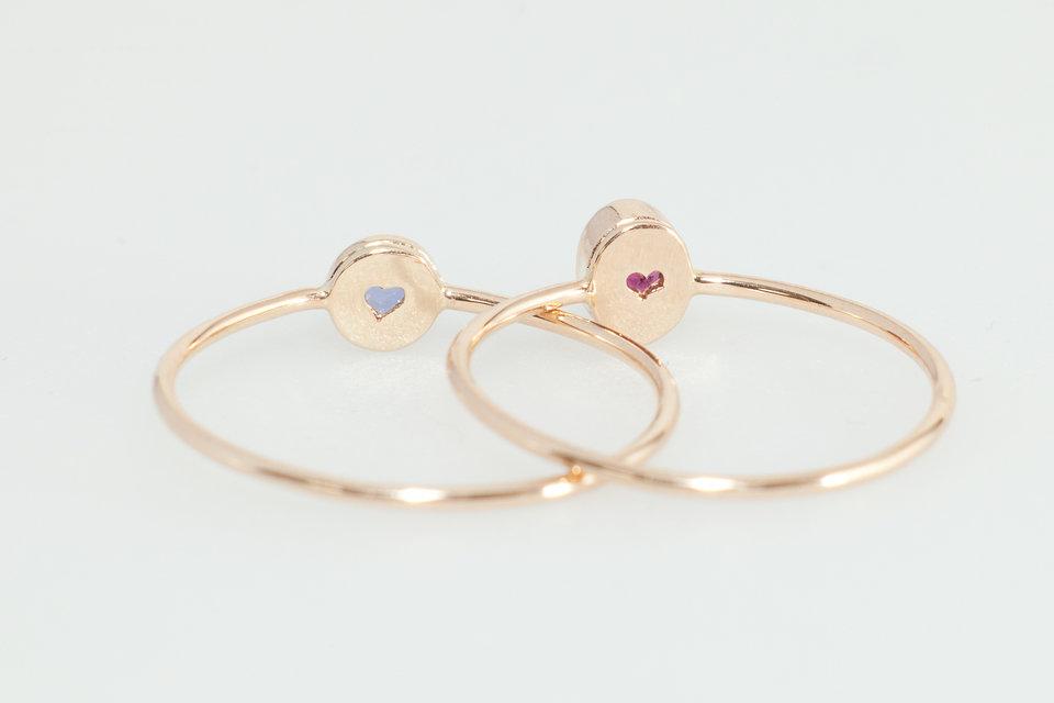 Pierścionki z charakterystycznym dla marki detalem - wycięciem w kształcie serca.