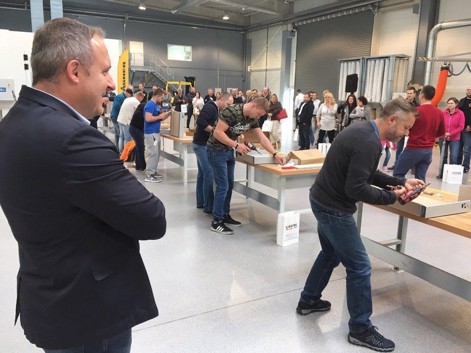 Dyrektor sieci Strefa Płyt, Tomasz Gnojek, przygląda się zmaganiom uczestników szkolenia
