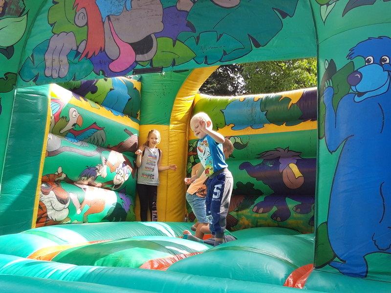 Dzieci mogły korzystać za darmo z wielkich dmuchanych zjeżdżali i trampolin.