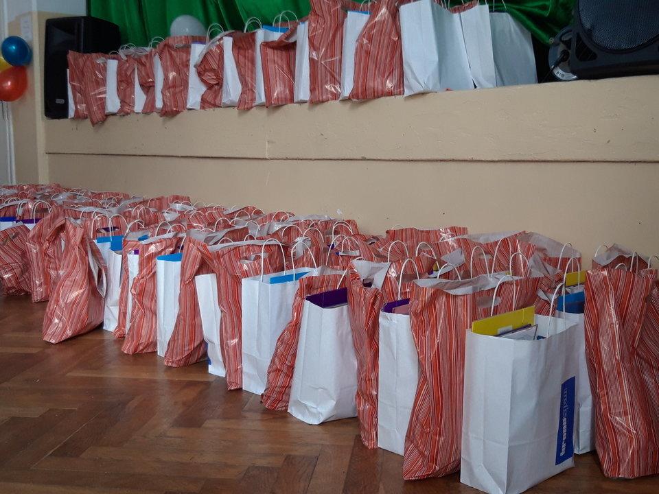 Kronospan Mielec przekazał dla dzieci z Osiedla Cyranka 100 paczek z zestawami szkolnych przyborów.