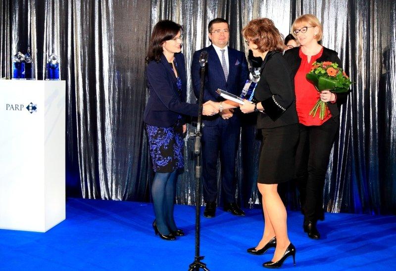 Statuetkę odbiera Członek Zarządu Kronospan Szczecinek Sp. z o.o., Joanna Jodłowska