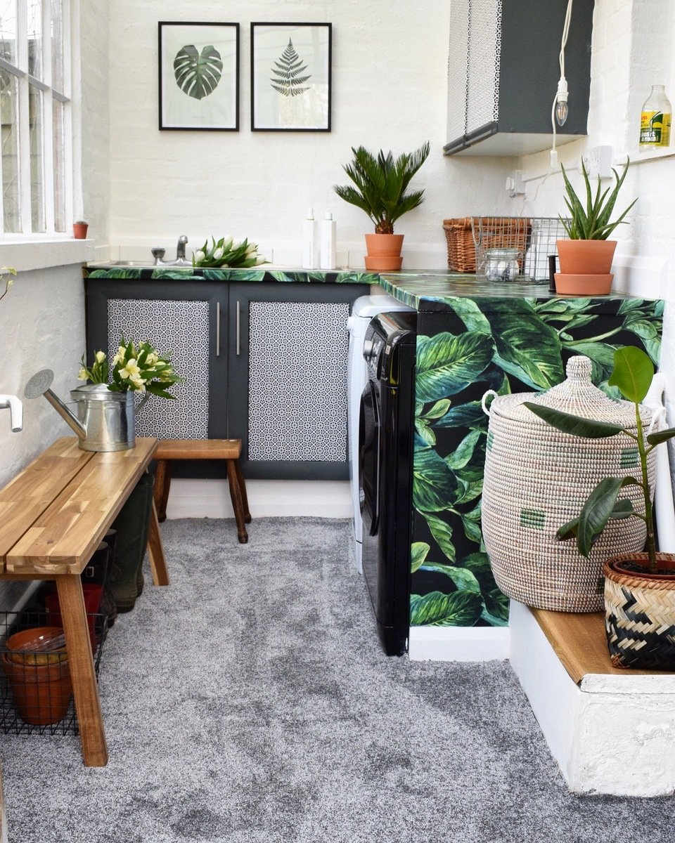 Utility rook makeover with tropical self-adhesive wallpaper on the worktops and mosaic motive on cupboards. Styled by @iamhayleystuart. <br>Source: https://www.instagram.com/p/BS33MvRhKP0/