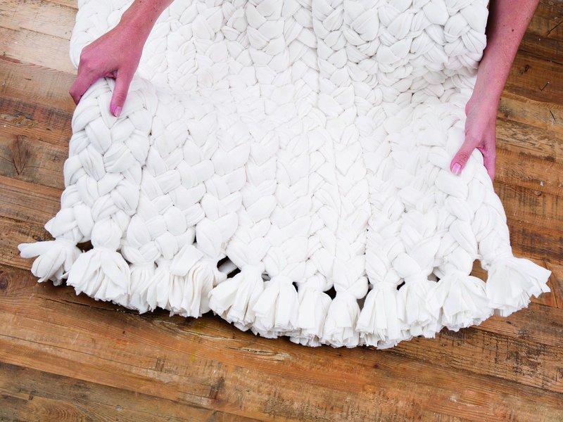 19_Teppich_aus_Fleece-Decken-5_dawanda_DIY_with_love.jpg